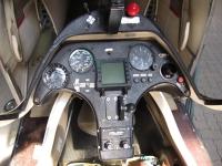 20_Cockpit_vorne_Instrumente.jpg